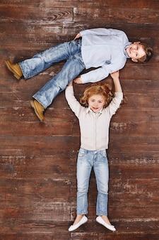 Единственный способ завести друга - это быть одной девушкой, держащей мальчика, смотрящей