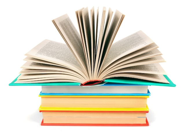 マルチカラーの本の山に開いた本。