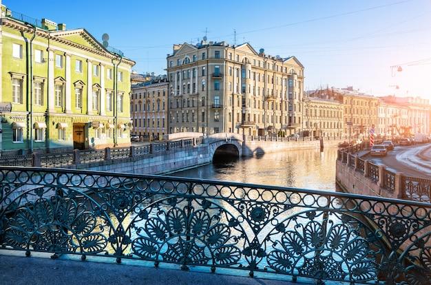 Открытый забор певческого моста через реку мойку в санкт-петербурге ранним летним утром