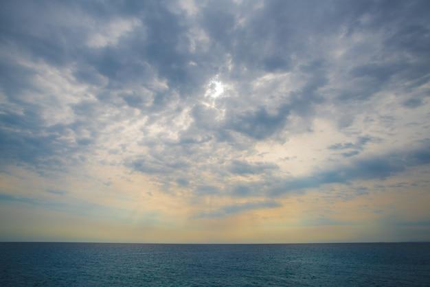 日差しを背景に外海の景色