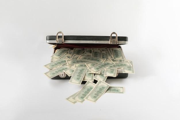 현금 달러 돈으로 가득 찬 열린 빈티지 케이스, 컬러 표면에 백 지폐