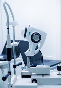Медицинское оборудование для офтальмологии. обследование глаз. современное устройство в клинике