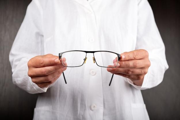 Офтальмолог предлагает пациенту очки для здоровья глаз.