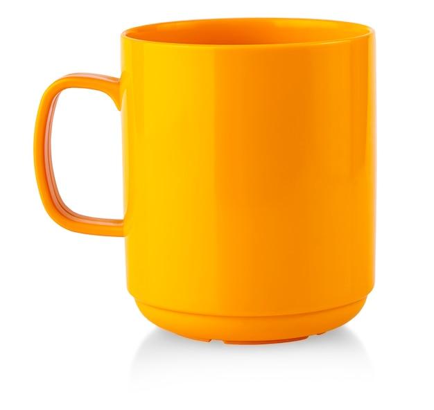 Оранжевый напиток кружка на белом фоне изоляции