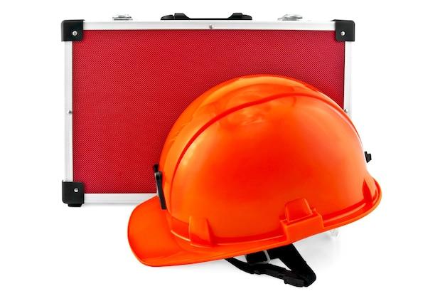 オレンジ色のヘルメット、白い背景で隔離のツールの赤いバッグ