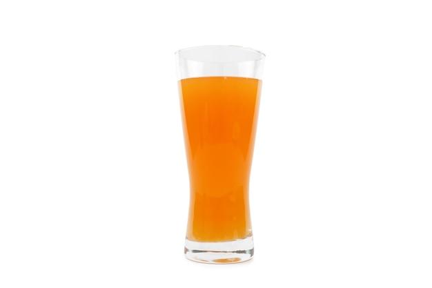 Апельсиновый сок в стакане изолируют стеной на белой поверхности.
