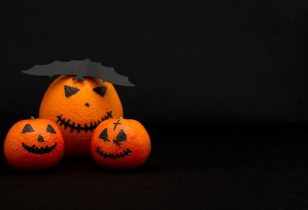 オレンジとみかんはハロウィンのカボチャ、幸せなハロウィンの柑橘類のように描かれました