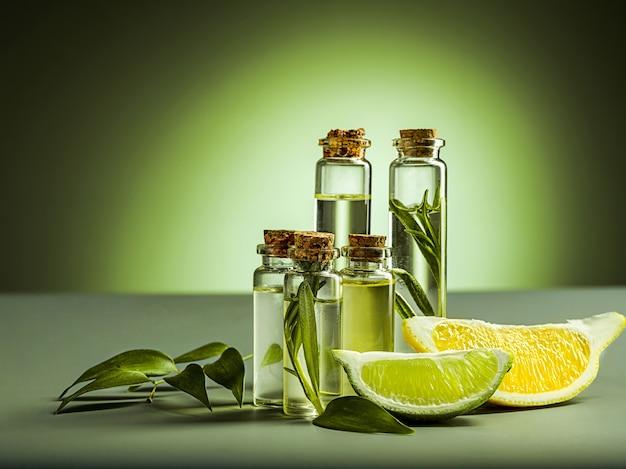 Органическое лимонное масло на черном столе