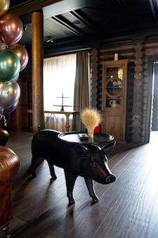 豚の形をしたオリジナルのテーブル。国や狩猟用別邸のインテリアデザイン。