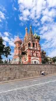 ロシアのモスクワの赤の広場にある聖ワシリイ大聖堂の反対側