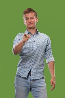 横柄なビジネスマンはあなたを指してあなたを望んでいる、緑の背景の半分の長さのクローズアップの肖像画。