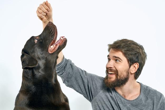 飼い主は孤立した犬と遊ぶ