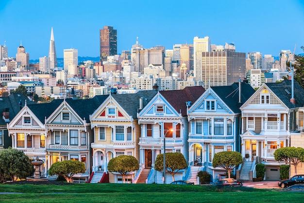 アメリカ、サンフランシスコのペインテッド・レディ
