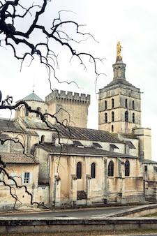 Папский дворец в старом городе авиньона, франция.