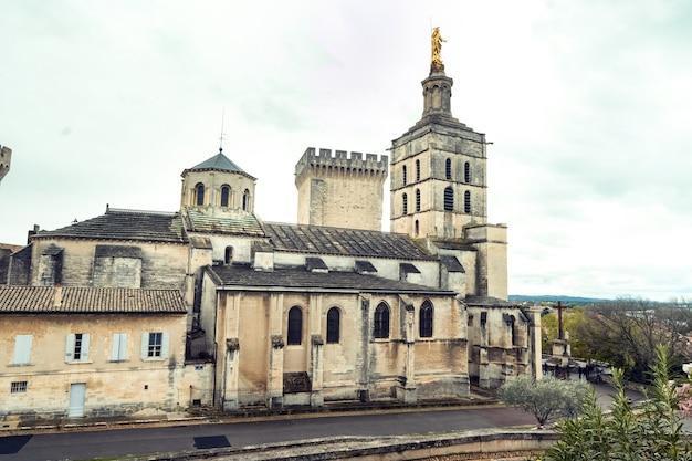 아비뇽 구시 가지에있는 교황의 궁전 프랑스. 프리미엄 사진