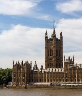 Вестминстерский дворец служит местом встречи как палаты общин, так и палаты лордов, двух палат парламента соединенного королевства.