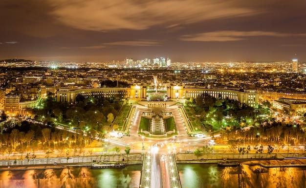 Вид на дворец шайо, трокадеро и дефанс с эйфелевой башни в париже
