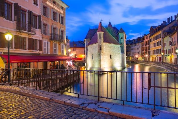 프랑스 알프스(france)의 베니스(venice of the alps)인 안시(annecy)의 구시가에서 아침 블루 아워 동안 palais de l'isle 및 thiou 강