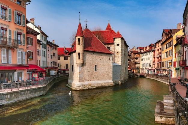 프랑스 알프스의 베니스(venice of the alps), 안시(annecy)의 구시가에서 아침에 팔레 드 라일(palais de l'isle)과 티우(thiou) 강