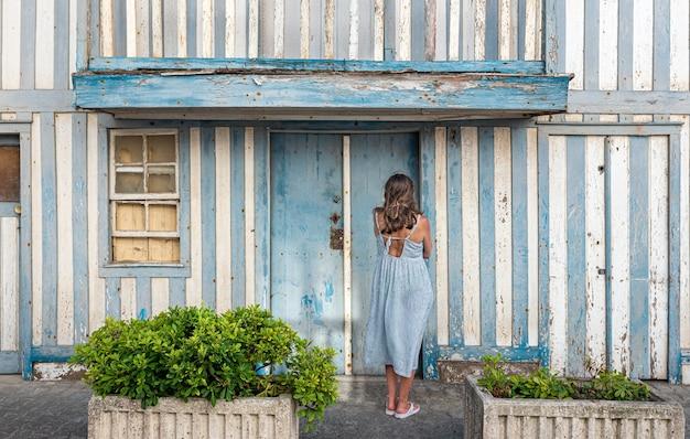 「palheiros」、ポルトガル、アヴェイロ、コスタノヴァのカラフルな縞模様の家