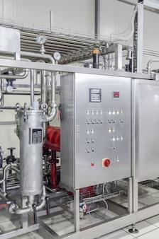 Панель с панелью приборов заводского изготовления и розлива напитков в жестяные банки.