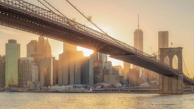 Панорамный вид на бруклинский мост с нижнего манхэттена на закате в сша