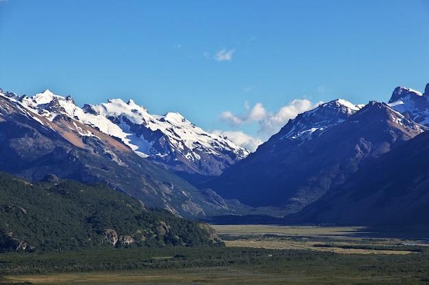 Панорамный вид на фитц рой рядом с эль-чалтеном в патагонии, аргентина
