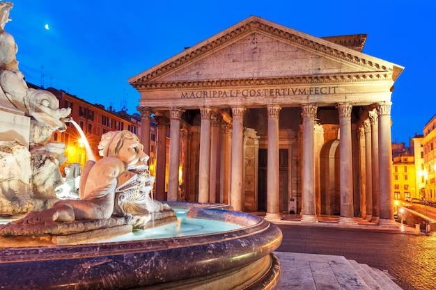パンテオン、すべての神々のかつてのローマの寺院、現在は教会、そして夜、イタリア、ローマのロトンダ広場の噴水