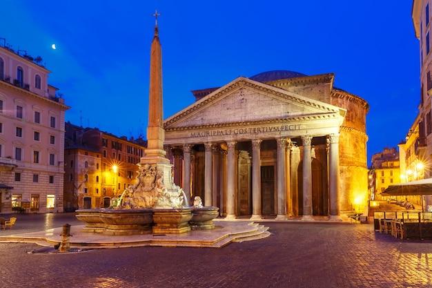すべての神々のかつてのローマ寺院であったパンテオン、現在は教会、そして夜、イタリア、ローマのロトンダ広場にあるオベリスクのある噴水