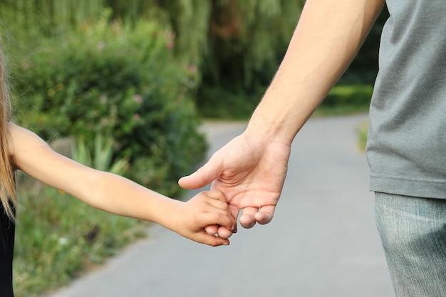 아이의 손을 잡고있는 부모