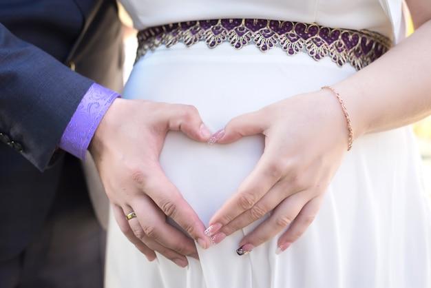Родители держат руки за животик