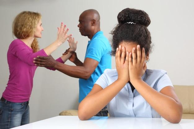 가족의 부모는 십대 딸과의 관계로 갈등합니다.