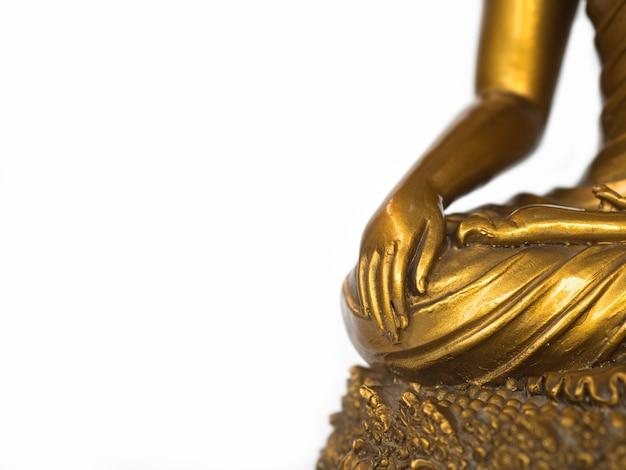 격리 된 배경에 황금 골동품 부처님 동상의 일부