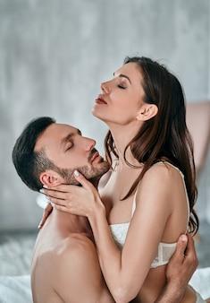 Страстная пара занимается сексом в спальне