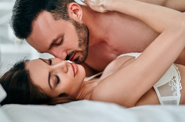 ベッドで遊ぶ情熱的な男と女