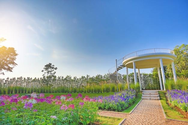 꽃밭에서 최고의 관점으로 향하는 통로.