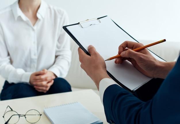 Пациент сидит с психологом, психотерапия, общение, стресс.