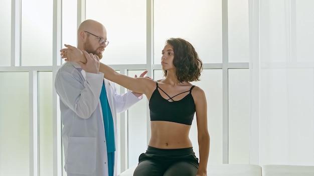 患者は理学療法を使用して手術から回復し、可動性を高めます