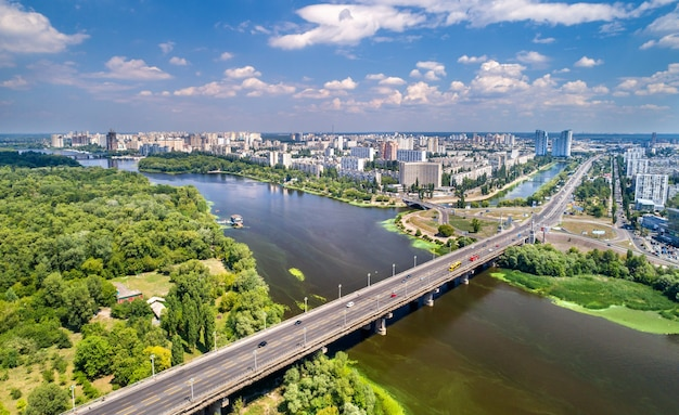 ウクライナの首都キエフのパトン橋とルサニフカ地区