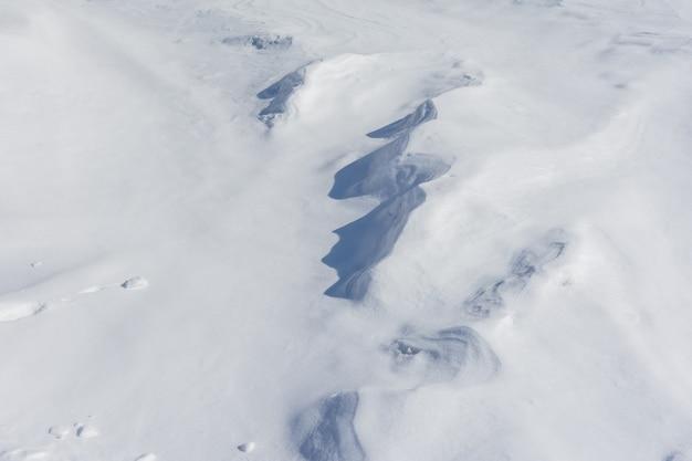 Узор снежных заносов, очерченных ветром, как естественный фон