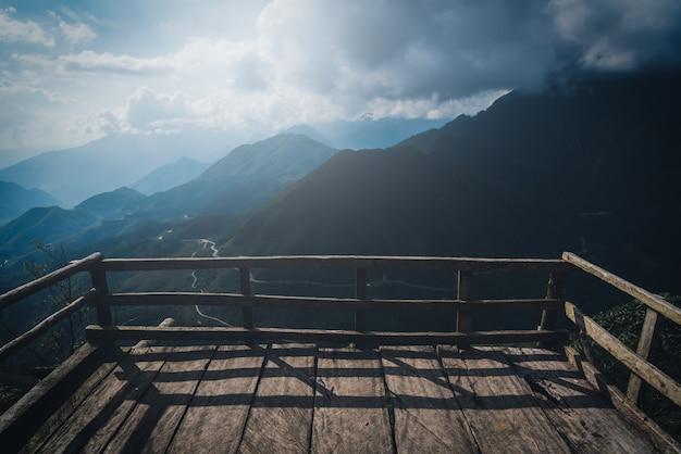 Вершины гор с дорогой и деревянной дорожкой в са па, вьетнам. урожайность
