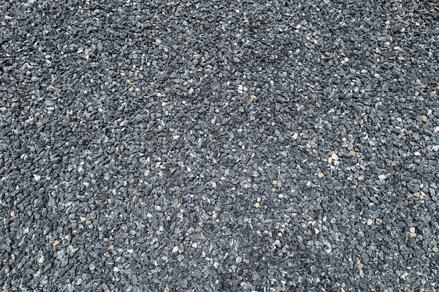 Гальку насыпали на землю и выровняли, чтобы образовалась садовая дорожка, оставляющая несколько