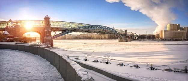 凍ったモスクワ川を渡る歩行者のandreevsky橋