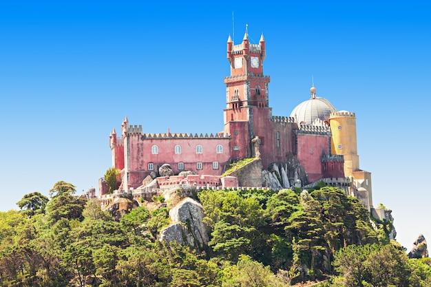 ペーナ国立宮殿は、ポルトガル、シントラのサンペードロデペナフェリムにあるロマン主義の宮殿です。