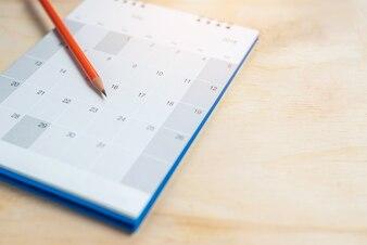 鉛筆は木製の床のカレンダーにあります