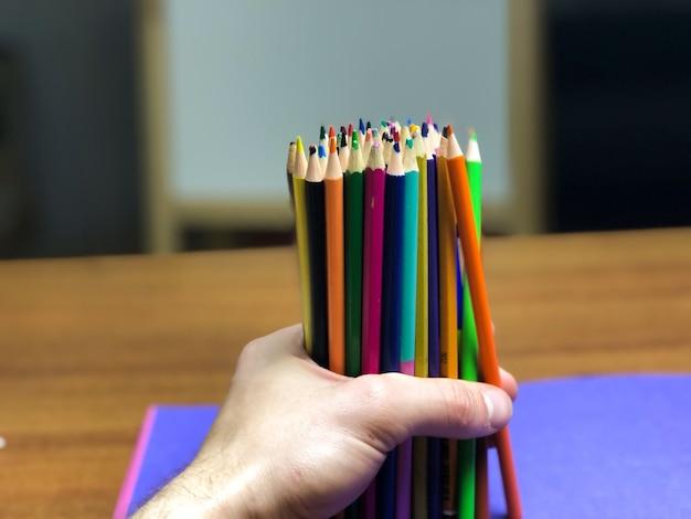 Палитра карандашей раскладывается на столе во время рисования.