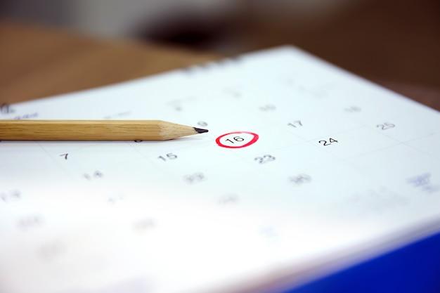연필은 달력에서 숫자 16을 가리 킵니다.