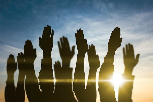 空中で上げられた人々の手、投票、選挙、民主主義