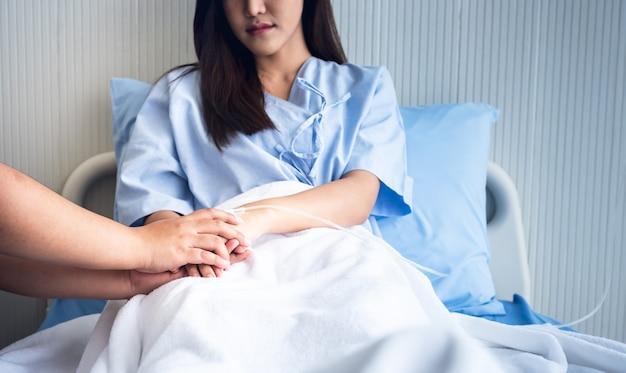 사람들은 환자의 손을 잡고 환자의 침대에 앉아 질병과 싸우도록 격려합니다.