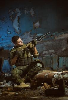 Люди в форме с оружием в руинах